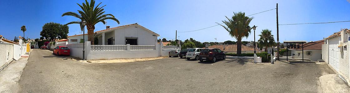Huset og parkeringsplassen - panorama